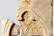 Μαρμάρινο τόξο από ταφικό μνημείο